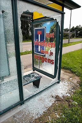 Nederland, Doesburg, 25-5-2011Een vernield bushokje met daarin een oproep tegen het vloeken. Bond tegen het vloeken.Foto: Flip Franssen/Hollandse Hoogte