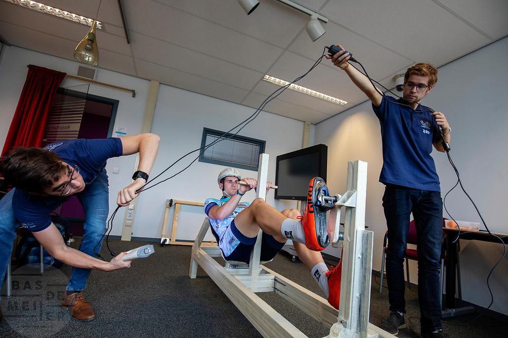 In Delft wordt een 3D scan gemaakt van Thijmen Polman, een van de atleten. In september wil het Human Power Team Delft en Amsterdam, dat bestaat uit studenten van de TU Delft en de VU Amsterdam, tijdens de World Human Powered Speed Challenge in Nevada een poging doen het wereldrecord snelfietsen voor tandems te verbreken met de VeloX TX, een gestroomlijnde ligfiets. Het record staat sinds 2019 op 120,26 km/u<br /> <br /> In Delft a 3D scan is made of Thijmen Polman, one of the athletes. With the VeloX TX, a special recumbent bike, the Human Power Team Delft and Amsterdam, consisting of students of the TU Delft and the VU Amsterdam, also wants to set a new tandem world record cycling in September at the World Human Powered Speed Challenge in Nevada. The current speed record is 120,26 km/h, set in 2019.