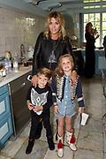 """Maison BYDANIE collectie presentatie """"Let me tell you a story""""RTW Spring Summer '16 Presentation op landgoed Waterland, Velsen Zuid. De show vond plaats op Landgoed Waterland, wat voor de gelegenheid was omgetoverd tot Maison ByDanie x Maybelline New York. Een locatie die past bij de inspiratiebronnen van haar collectie: Jane Birkin en dochter Lou Doillon. De modellen waren omgetoverd tot NYC It-girls die op rondreis zijn door Europa en in verschillende kamers van het huis te zien waren. In elke kamer werd op een andere manier een thema van de collectie getoond. <br /> <br /> Op de foto:  Charlotte Heitinga met haar zoon Lennox en dochter Jezebel"""