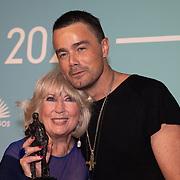 NLD/Amsterdam/20200211 - Uitreiking Edison Pop 2020, Willeke Alberti wint de Oeuvreprijs uitgereikt door Dinand Woesthoff