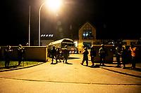 Okolice Michalowa, woj. podlaskie, 06.10.2021. W lesie aktywisci z grup pomocowych odnalezli w lesie uchodzcow, ktorzy pare dni wczesniej przekroczyli nielegalnie granice polsko-bialoruskiej, dwa malzenstwa irackich Kurdow z dziecmi w wieku 1 roku i 3 lat. Po 1,5 godzinie oczekiwania, patrol SG zabral uchodzcow do placowki Strazy Granicznej w Michalowie. N/z SG nie chciala wpuscic na teren swojej placowki pelnomocnika zatrzymanych fot Michal Kosc / AGENCJA WSCHOD