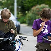 Nederland Rotterdam 22 augustus 2011 20110822 De scholen zijn weer begonnen. 2 jongens bekijken het rooster voor het nieuwe jaar in de agenda. Foto: David Rozing