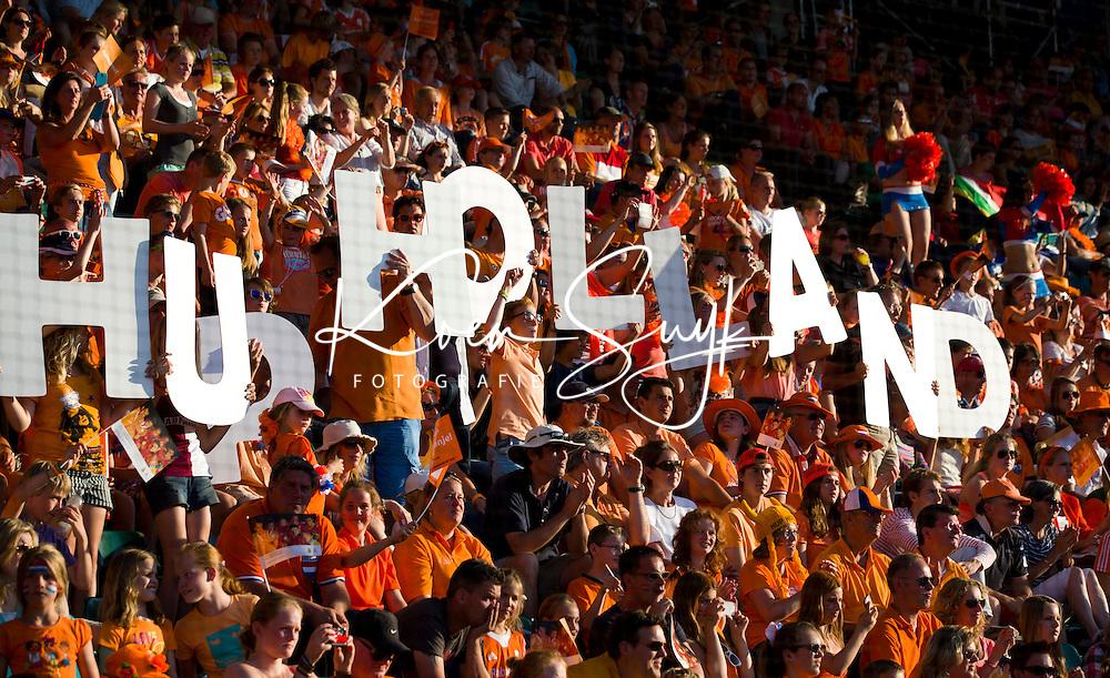 DEN HAAG -  HUP HOLLAND supporters  tijdens de wedstrijd tussen de mannen van Nederland en Zuid Afrika in het WK hockey 2014.  ANP KOEN SUYK
