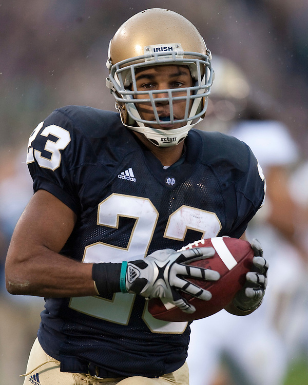 October 3, 2009:  Notre Dame Receiver Golden Tate crosses goal line for touchdown in action during the NCAA Football game between the Notre Dame Fighting Irish and the Washington Huskies at Notre Dame Stadium in South Bend, IN.  Notre Dame defeated the Washington 37-30 in OT....