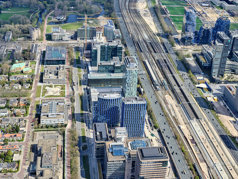 Nederland, Noord-Holland, Amsterdam; 17-04-2021; Zuidas met in het midden de Strawinskylaan, links de Prinses Irenestraat. Rechts station Zuid-WTC, het Zuidasdok en autosnelweg Ring A10.<br /> Zuidas with the Strawinskylaan, the Prinses Irenestraat on the left. On the right, Zuid-WTC railway station, the Zuidasdok and the Ring A10 motorway.<br /> luchtfoto (toeslag op standaard tarieven);<br /> aerial photo (additional fee required)<br /> copyright © 2021 foto/photo Siebe Swart