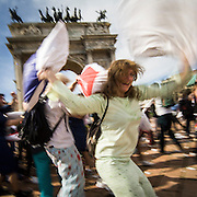 La battaglia dei cuscini all'Arco della Pace organizzata dal gruppo internazionale Couchsurfing di Milano..The pillow fight at the Arco della Pace, organized by the international group Couchsurfing of Milan