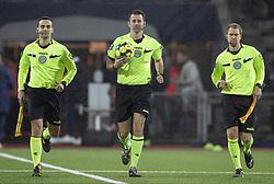 Dommertrioen Hakan Pedersen, Kasper Madsen og Simon Blond løber på banen til kampen i 1. Division mellem Fremad Amager og FC Helsingør den 21. oktober 2020 i Sundby Idrætspark (Foto: Claus Birch).