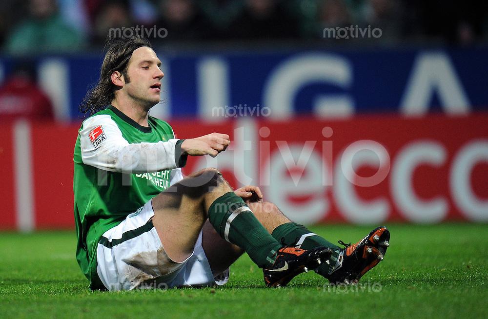 FUSSBALL  1. BUNDESLIGA   SAISON 2009/2010  14. SPIELTAG SV Werder Bremen - VfL Wolfsburg                        28.11.2009 Torsten FRINGS (Bremen) enttaeuscht am Boden