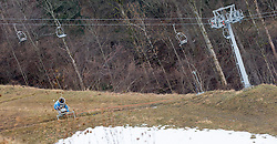 01.01.2015, Garmisch, GER, Skigebiete in Deutschland kämpfen mit Schneemangel, im Bild eine Schneekanone und ein Lift vor einer grünen Wiese // a snow-making machine and a cablecar sourrounded by green fields. The missing of precipitation in this winter a lot of ski resorts complain about a lack of snow. Wide parts of Europe experience spring like weather and temperatures over the Christmas season, Garmisch, Germany on 2015/01/01. EXPA Pictures © 2015, PhotoCredit: EXPA/ Jakob Gruber
