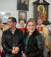 20.05.2014 Bialystok Floribeth Moraz Diaz - cudownie uzdrowiona przez Papieza Jana Pawla II Kostarykanka przyjechala do Polski na zaproszenie ojcow werbistow. Celem jej podrozy jest odwiedzanie miejsc zwiazanych z Janem Pawlem II i dawanie swiadectwa o lasce uzdrowienia. Goscila w Bialymstoku-Kleosinie, wziela tam udzial we mszy sw. oraz spotkala sie w kosciele z wiernymi, gdzie opowiadala o lasce, ktora otrzymala za wstawiennictwem polskiego papieza. Na spotkanie z Kostarykanka przybylo kilkaset osob N/z Floribeth Mora Diaz zmezem na spotkaniu w kosciele Werbistow fot Michal Kosc / AGENCJA WSCHOD