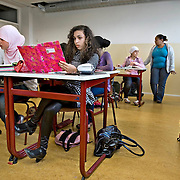 Nederland Rotterdam 23-09-2009 20090923 Serie over onderwijs, het Libanon Lyceum Kralingen,  openbare scholengemeenschap voor mavo, havo en vwo.   Een leerlinge maakt sommen, oefensommen, met de hulp van een rekenmachine.                                                    .Foto: David Rozing
