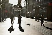Nederland, Nijmegen, 18-12-2020 Lockdown in Nederland. De niet essentiele winkels zijn dicht. Kerstversiering hangt boven de stratat.Het is stil en leeg in de stad.Foto: ANP/ Hollandse Hoogte/ Flip Franssen