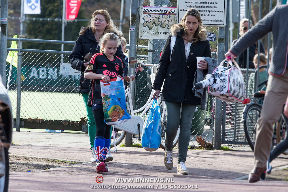 NLD/Laren//20140326 - Henrita Bergkamp en dochter Estelle haalt haar bij het hockey op in een Ajax voetbalshirt