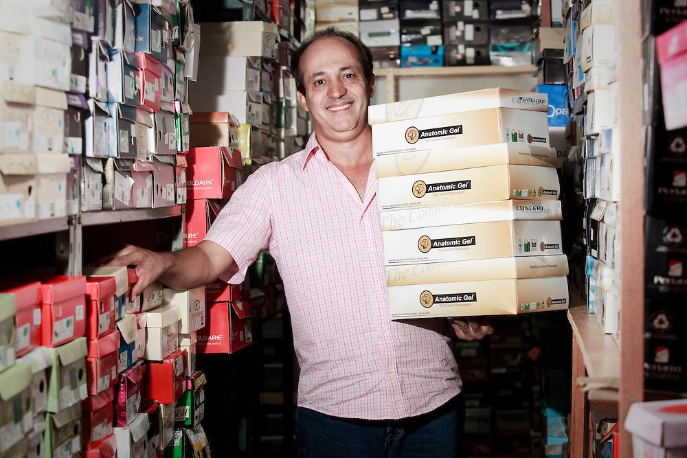 Uberlandia_MG, Brasil...Comerio de sapatos da cidade de Uberlandia, Minas Gerais. Na foto o empresario da loja...The footwear commerce in Uberlandia, Minas Gerais. In this photo the businessman...Foto: BRUNO MAGALHAES / NITRO