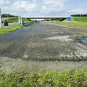 Nederland Delft 17-09-2010 20100917     A4 Delft - Schiedam wordt definitief verlengd,  er  is begin deze maand officieel besloten tot de aanleg van het stuk snelweg waarover zo'n vijftig jaar is gesproken. Rijkswaterstaat en het ministerie van VWS hebben dat laten weten.Over de nieuwe verkeersader wordt al decennialang gesteggeld, vooral omdat de weg het natuurgebied Midden-Delfland doorboort...De zeven kilometer asfalt tussen Delft en Schiedam doorkruist straks verdiept of via een tunnel het natuurgebied tussen de twee steden. Het belangrijkste pluspunt is dat de A13 wordt ontlast. Op rijksweg A13 staat dagelijks de voor de economie schadelijkste file van Nederland. Met het project A4 Delft-Schiedam willen lokale en regionale overheden en het Rijk de problemen rond bereikbaarheid en leefbaarheid op en rond de A13 en de A4 Delft-Schiedam oplossen, ook de bereikbaarheid van de Maasvlakte wordt zo verbeterd. Randstad.  ontlasting wegennet. Midden Delftland. , ruimtelijke ordening, ruimtelijke planning, ruimtelijke visie, ruraal, rurale omgeving, rustiek, rustieke, rustieke omgeving, rustig, rustige, schadelijk, schadelijk voor milieu, schaden, snelweg, snelwegen, spoor, terrein, toekomst, toekomstige plannen, toekomstplannen, tracé, traject, transport, uitgestrektheid, uitlaatgassen, verbinding, verbindingen, vergezicht, vergezichten, verkeer en vervoer, verkeer en waterstaat, verkeersader, verkeersaders, verkeersdruk, verkeersnet, vernieuwing, vervoer, vewezenlijken, weg, wegen, wegenbouw, wegennet, wegnet, wegverbinding, wei, weide, wijds, wijdsheid