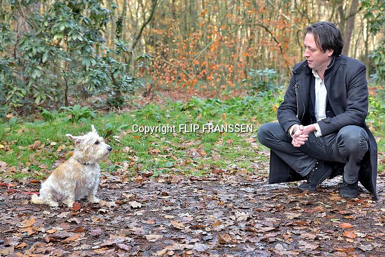 Nederland, Nijmegen, 26-11-2017Schrijver Joris van Casteren heeft het hondje gevonden wat het ongeluk op het spoor. waar zijn laatste boek over gaat, overleefde.Foto: Flip Franssen