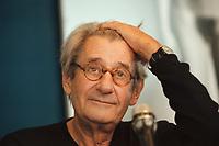 """30 OCT 2000, BERLIN/GERMANY:<br /> Helmut Newton, Fotograf, faehrt sich angesichts der von den Journalisten gestellten Fragen mit der Hand durchs Haar, Pressekonferenz zur Eroeffung der Ausstellung """"Helmut Newton: WORK"""", Neue Nationalgalerie<br /> IMAGE: 20001030-01/02-34"""