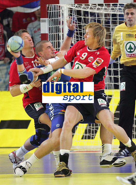 Jarle Rykkje und Borge Lund (NOR) gegen Tarko Nikolic (SCG) © Andy Mueller/EQ Images