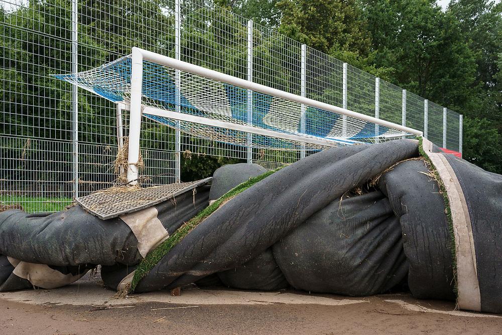 Euskirchen, DEU, 27.07.2021<br /> <br /> Greenpeace-Probenentnahme auf einem überfluteten Kunstrasenplatz in Euskirchen-Roitzheim<br /> <br /> Foto: Bernd Lauter/berndlauter.com