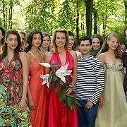 NLD/Lisse/20050512 - Frederique van der Wal doopt haar lelie genaamd Frederique's Choice in de Keukenhof, met modellen en ontwerpers Percy Irausquin, Jan Taminiau en Angelos Brakis