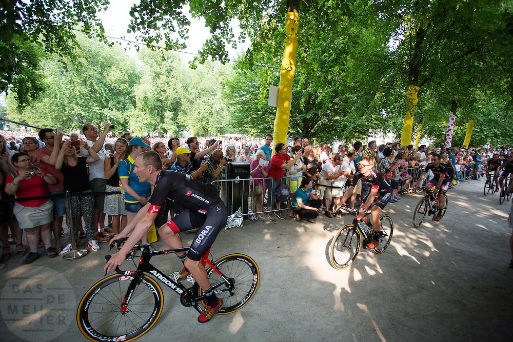 Het Duiste team Bora-Argon 18 passeert de wielerliefhebbers. In Utrecht vindt met de presentatie van de renners het eerste officiële deel plaats van de Grand Depart. Op 4 juli start de Tour de France in Utrecht met een tijdrit. De dag daarna vertrekken de wielrenners vanuit de Domstad richting Zeeland. Het is voor het eerst dat de Tour in Utrecht start.<br /> <br /> The German team Bora-Argon 18 passes the fans. In Utrecht the riders present themselves as the first official moment of the Grand Depart . On July 4 the Tour de France starts in Utrecht with a time trial. The next day the riders depart from the cathedral city direction Zealand. It is the first time that the Tour starts in Utrecht.