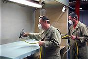Nederland, Kesteren, 21-11-2007Poolse arbeidskrachten verwerken schuimrubber tot een matras in de Recticel schuimrubberfabriek. Met lijm uit een luchtdrukspuit worden delen aan elkaar geplakt. Een computergestuurd productieproces waarbij olieproducten als grondstof dienen. Werknemers uit Polen werken in bijna alle sectoren van onze economieFoto: Flip Franssen/Hollandse Hoogte
