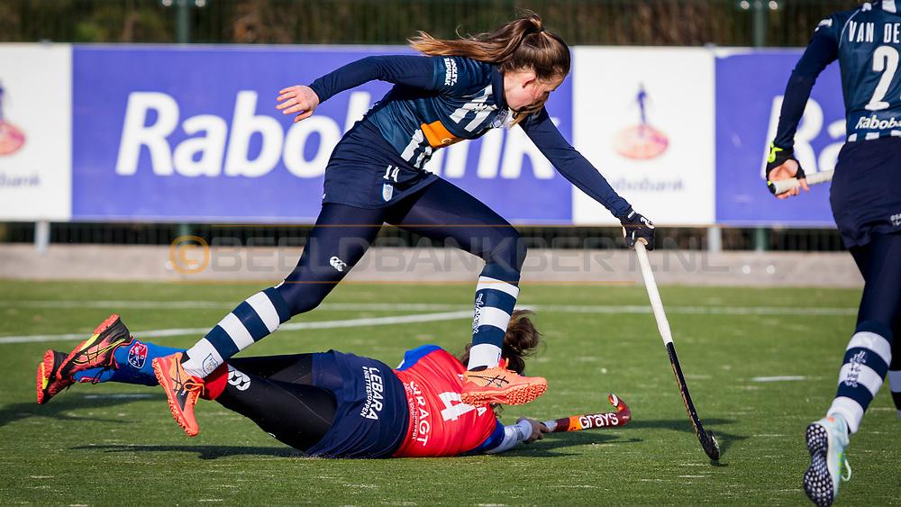 BILTHOVEN -  Hoofdklasse competitiewedstrijd dames, SCHC v hdm, seizoen 2020-2021.<br /> Foto: Suzanne Homma (SCHC) gevloerd, Nina van der Marel (hdm) ontwijkt haar