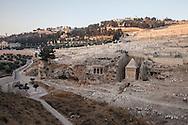 Gerusalemme, Antico cimitero ebraico nella valle dei Re.           Old Jewish cemetery in the Valley of the Kings.