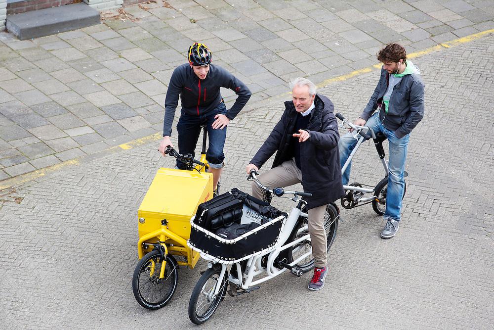 Bakfietsgebruikers, waaronder een medewerker van DHL, praten met elkaar in het centrum. In Nijmegen vindt voor de derde keer het International Cargo Bike Festival plaats. Het tweedaags evenement richt zich op het gebruik en de gebruikers van bakfietsen. Bakfietsen worden in heel Europa steeds vaker ingezet, zowel door particulieren als bedrijven. Het is een duurzame vorm van transport en biedt veel voordelen.<br /> <br /> In Nijmegen for the third time the International Cargo Bike Festival is hold. The two-day event focuses on the use and users of cargobikes. Cargo bikes are increasingly being deployed across Europe, both individuals and businesses. It is a sustainable form of transport and offers many advantages.