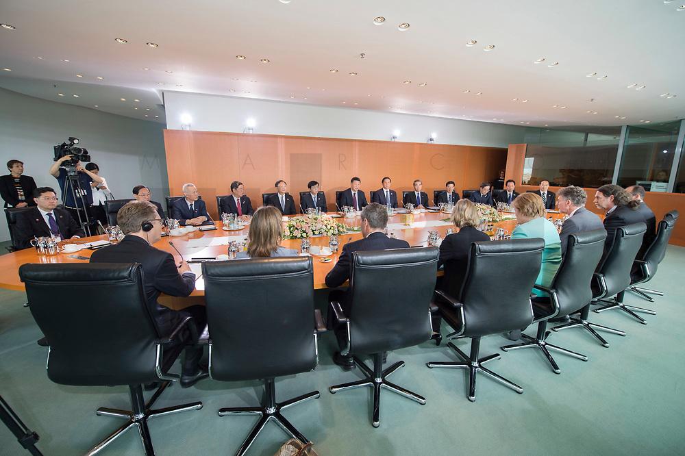 05 JUL 2017, BERLIN/GERMANY:<br /> Uebersicht treffen von Angela Merkel (diesseits, tuerkis), CDU, Bundeskanzlerin, mit Xi Jinping (jenseits, Tischmitte), Staatspraesident der Volksrepublik China, Kleiner Kabinettsaal, Bundeskanzleramt<br /> IMAGE: 20170705-01-019<br /> KEYWORDS: Übersicht