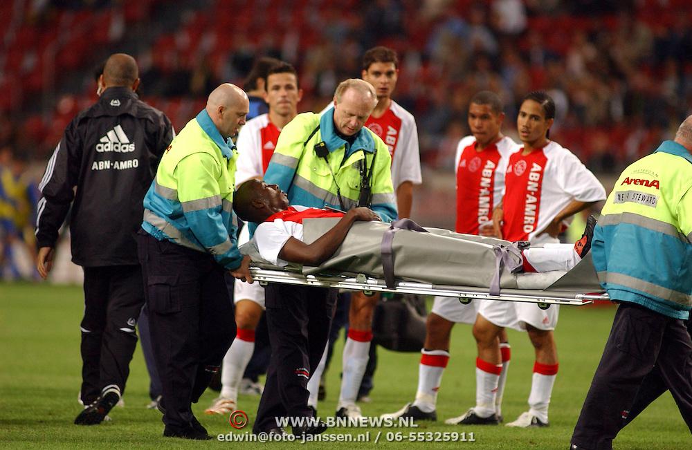NLD/Amsterdam/20050731 - LG Amsterdam Tournament 2005, Ajax - Boca Juniors, Hatem Trabelsi word op brancards afgevoerd