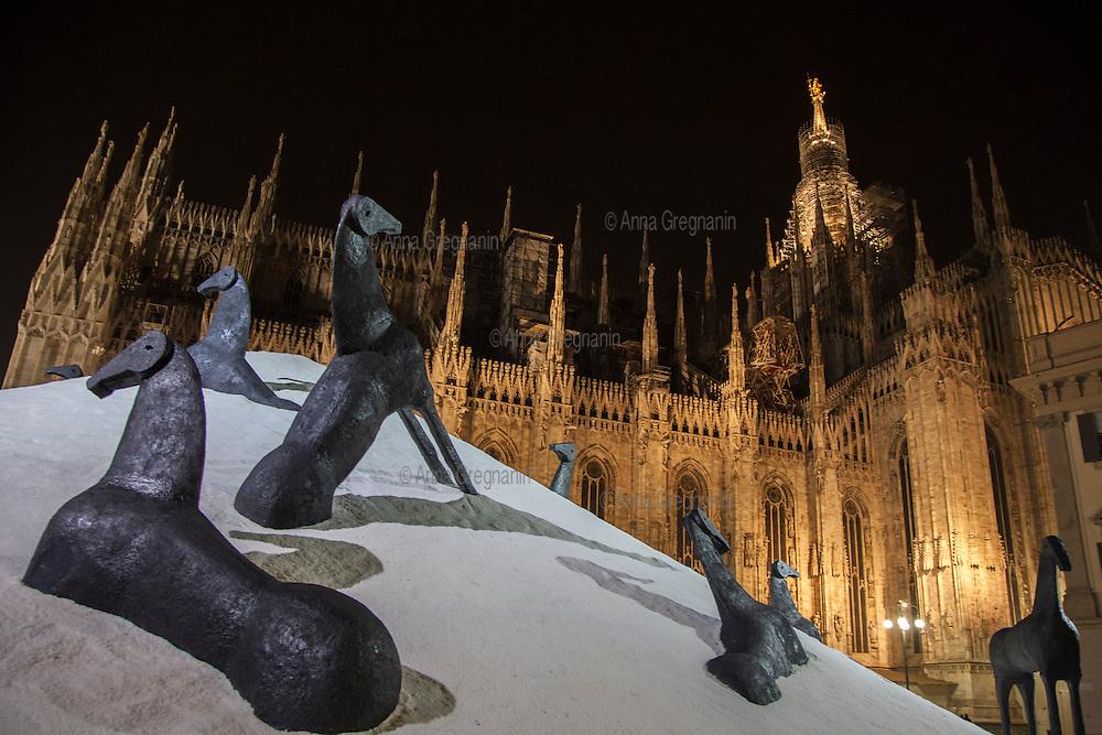 """Milano, piazza Duomo, La """" Montagna del Sale"""" di Mimmo Paladino"""