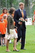 """Koning Willem Alexander opent Koningsspelen in Ens van de drie basisscholen Het Lichtschip, De Horizon en De Regenboog in Ens. Het gaat om een dag vol bewegen voor kinderen, die wordt voorafgegaan door een feestelijk Koningsontbijt.<br /> <br /> King Willem Alexander opens the """" King Games"""" in the town Ens. It is a day of exercise for children, which is preceded by a festive King Breakfast.<br /> <br /> Op de foto / On the photo:  Carole Thate en Koning Willem Alexander"""