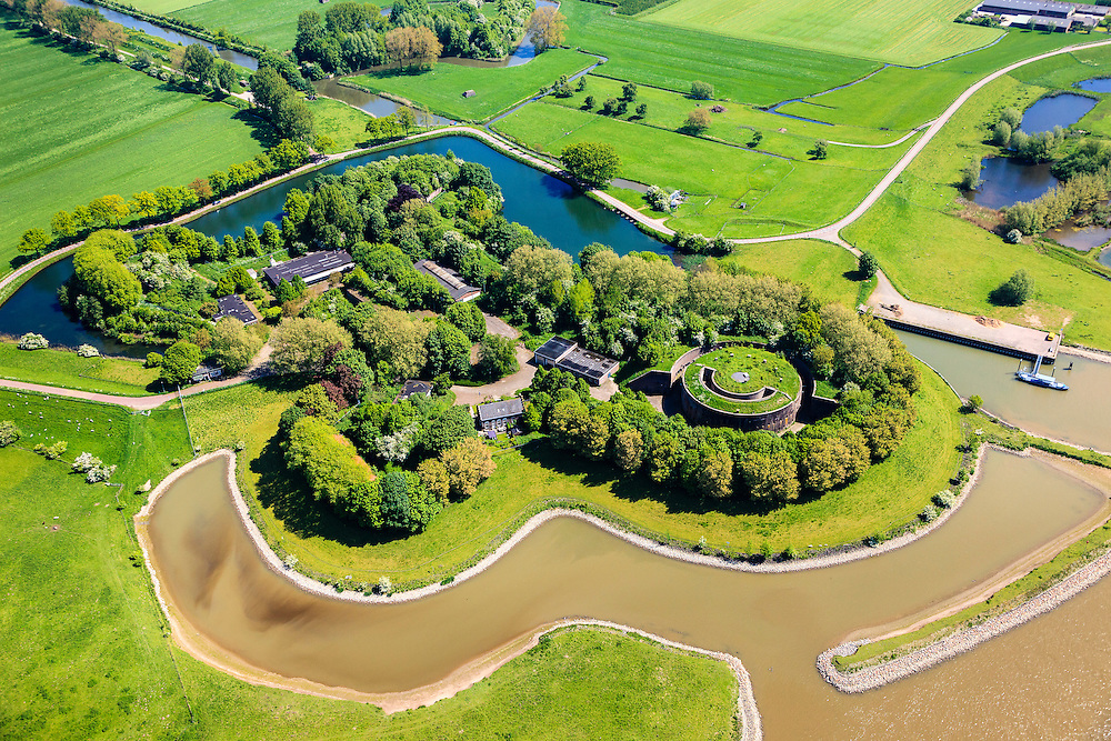 Nederland, Utrecht, Houten, 27-05-2013; Stelling van Honswijk, Lek-acces, onderdeel van de Hollandse waterlinie. Bestaande onder andere Lunet aan De Snel en Inundatiekanaal  Buiten beeld) en het torenfort Fort Honswijk aan de oevers van rivier de Lek.<br /> Fort Honswijk, strategically located at river Lek (near Utrecht), part of the New Dutch Waterline.<br /> luchtfoto (toeslag op standard tarieven)<br /> aerial photo (additional fee required)