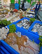 Londyn, 2009-03-06. Stoisko z rybami i owocami morza na targu żywność Brought Market