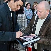 NLD/Zaandam/20081207 - Premiere Op Hoop van Zegen, Jórgen Raymann geeft een handtekening