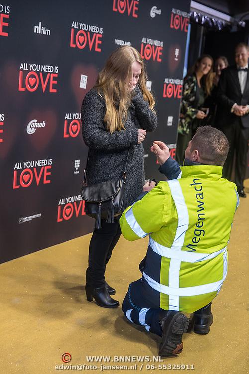 NLD/Amsterdam/20181126 - premiere All You Need Is Love, Medewerker van ANWB vraagt zijn vriendin ten huwelijk op de loper