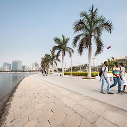 Crianças a passear na Nova Marginal de Luanda (Avenida 4 de Fevereito) ao final do dia. Angola