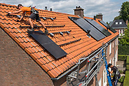 Nederland, Nieuwegein, 20180730<br /> Bewoners van huurhuizen van woningcorporatie Mitros in Nieuwegein krijgen, als ze dat willen, zonnepanelen op hun dak. De bewoners kunnen voor € 2,- per paneel per maand de zonnepanelen huren. Naar schatting leveren de panelen voor € 5,- per maand energie op. Mitros is een van de eerste corporaties die huurders van sociale woningen de kans geeft zelf energie op te wekken. <br /> <br /> Foto: (c)Michiel Wijnbergh