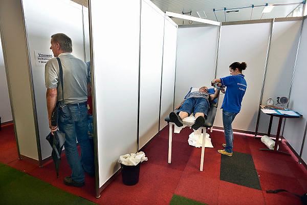 Nederland, Nijmegen, 13-7-2014Inspanningsfysioloog prof. dr. Maria Hopman van het UMC St Radboud start een nieuw Vierdaagse onderzoek, in samenwerking met het Diabetes Fonds. Hopman volgt 30 mensen met diabetes: ze onderzoekt wat het effect van vier maanden voorbereidende wandeltraining is op lichamelijke fitheid, insulinegevoeligheid en het risico op hart- en vaatziekten bij mensen met diabetes type 1 en 2. Ook onderzoeken Hopman en haar team tijdens de Vierdaagse welk effect wandelen heeft op de vocht- en zouthuishouding van diabetespatiënten. The International Four Day Marches Nijmegen (or Vierdaagse) is the largest marching event in the world. It is organized every year in Nijmegen mid-July as a means of promoting sport and exercise. Participants walk 30, 40 or 50 kilometers daily, and on completion, receive a royally approved medal, Vierdaagsekruisje. The participants are mostly civilians, but there are also a few thousand military participants. The maximum number of 45,000 registrations has been reached. More than a hundred countries have been represented in the Marches over the years.~Also a scientific research is held amongst participants with diabetis, in order to measure the effects of four days walking on their health.~Foto: Flip Franssen/Hollandse Hoogte