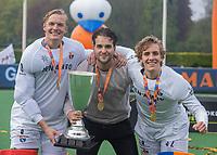 BLOEMENDAAL - Bloemendaal kampioen  keeper Maurits Visser (Bldaal) , keeper Rick Schrijvers (Bldaal) en keeper Allard Andre de la Porte (Bldaal) met de beker. . 2e Finale landskampioenschap hockey , Bloemendaal-Kampong (2-2). Bloemendaal wint na shoot-outs. en de titel  COPYRIGHT KOEN SUYK