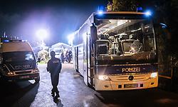 23.10.2015, Grenzübergang Freilassing - Salzburg, GER, Flüchtlingskrise in der EU, im Bild Migranten werden von Polizisten nachdem sie über die Österreichische Grenze im Bundesgebiet angekommen sind per Bus weitertransportiert. Das verschärfte deutsche Gesetzespaket für Asylwerber ist bereits in Kraft getreten damit der Rekordmigrantenzustrom bewältigt werden kann // Refugees speak to a Police Officer and wait to get on a bus, after they have arrived across the Austrian border. Germany tightens asylum rules from today to cope with record migrant influx, Austrian - German Border, Freilassing on 2015/10/23. EXPA Pictures © 2015, PhotoCredit: EXPA/ JFK