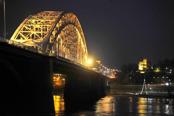 Nederland, Nijmegen, 24-3-2012De Waalbrug bij Nijmegen verlicht tijdens de avond. Foto: Flip Franssen/Hollandse Hoogte