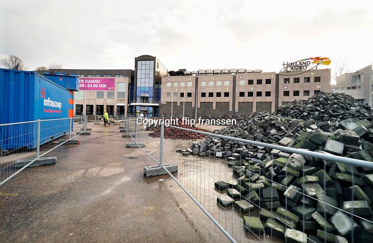 Nederland, Nijmegen, 12-2-2019 De Waalkade is weer toe aan een reconstructie, herinrichting. Het plan is meer groen en meer ruimte voor recreatie en voetgangers. De auto zal niet meer terugkomen. Foto: Flip Franssen
