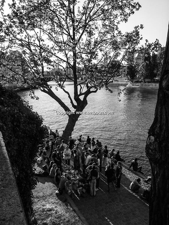 France. paris. 4th district. .  people gathering on Saint louis island  quai de Bourbon. along the Seine river