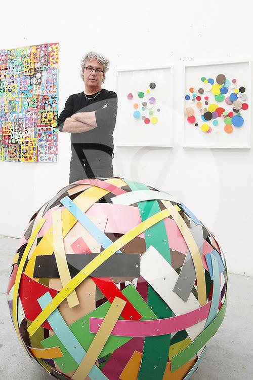 SCHWEIZ - WETTINGEN - Beat Zoderer, in seinem Atelier in der Alten Spinnerei - 28. April 2009 © Raphael Hünerfauth - http://huenerfauth.ch