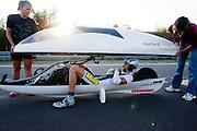 Francesco Russo installeert zich in zijn recordfiets.<br /> <br /> Francesco Russo is installing himself in his speedbike