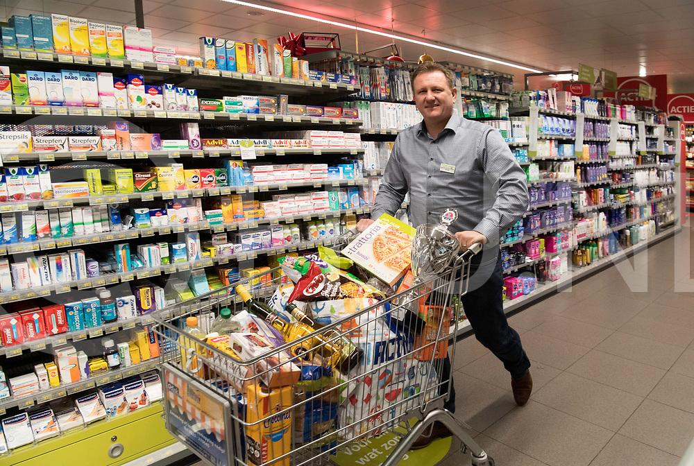 HARDENBERG - Supermarkt<br /> Foto: Rene Alferink met bokaal in de hand en in de winkelwagen<br /> FFU Press Agency copyright Frank Uijlenbroek