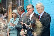 Koningin Beatrix opent Philips Museum in Eindhoven.Het Philips museum is gevestigd in de eerste gloeilampen fabriek van Philips in het centrum van Eindhoven. Hier werd in 1891 de eerste gloeilamp geproduceerd. De expositie in de grondig gerenoveerde fabriek vertelt bezoekers het verhaal van de onderneming vanaf de start tot en met toekomstige innovatieve ontwikkelingen. <br /> <br /> Queen Beatrix opens in Eindhoven.Het Philips Philips Museum museum is located in the first Philips light bulb factory in the center of Eindhoven. Here in 1891 the first bulb produced. The exhibition in the thoroughly renovated factory tells visitors the story of the company from the start to future innovative developments.<br /> <br /> Op de foto/ On the photo:  Fam. Philips