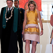 Koningin Maxima bij de inaugurele rede van professor Jumoke Oduwole, de nieuwe Prins Claus Leerstoelhouder, bij het International Institute of Social Studies (ISS) in Den Haag. <br /> <br /> Queen Maxima at the inaugural lecture of Professor Jumoke Oduwole, the new Prince Claus Chair holder at the International Institute of Social Studies (ISS) in The Hague.<br /> <br /> Op de foto / On the photo: rector van het ISS Leo de Haan en Koningin Maxima / rector of the ISS Leo de Haan and Queen Maxima
